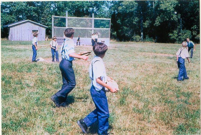 Amish_children_playing_baseball,_Lyndonville_NY